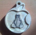 manzana conocida+ pingüino linux en altorelieve y grabados